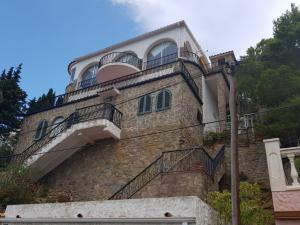 Maison avec piscine, vue spectaculaire sur la mer et la montagne